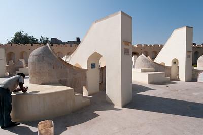 Instrument du Jangar Mantar (ici Les « Rashivalayas » sont des cadrans solaires « astrologiques »): observatoire de Sawai Jai singh II grand érudit en astronomie et mathématique qui avait déjà construit des observatoires à Delhi, Mathura et Varanesi (Bénares). Peu satisfait des instruments en cuivre, Jai Singh II, à Jaipur, les construit (entre 1728 et 1734) en marbre et en pierre. Ils seront plus précis, et fournissent des méthodes et des mesures (toujours aussi précises de nos jours) pour étudier les mouvements du soleil, de la lune et des planètes, tout en étant d'une beauté abstraite et futuriste. Sur cette photo, chaque cadran solaire vise une des 12 constellations qui occupe le plan de l'écliptique au moment ou se situe le soleil lors de l'observation.Par exemple, le Rashivalaya « PISCES » vise la constellation du poisson et indique donc une heure sidérale astrologique quand le soleil occupe cet espace du ciel.