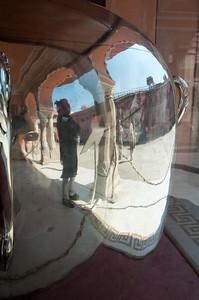 Dans la cour du City palace de Jaipur – le palais de la ville où réside encore l'actuelle famille du Maharaja- se trouve le hall des audiences qui abrite deux immenses jarres de 345 kg en argent d'une contenance de 9 000 litres. Elles servaient à transporter l'eau du Gange nécessaire aux ablutions du maharaja Madho Singh II lors de son voyage en Angleterre en 1902. Reflet d'un garde devant l'une d'entre elles. 2 ans ont été nécessaires pour la construction de ces jarres, elles figurent dans le Guinness des records comme les plus grandes pièces en argent du monde.