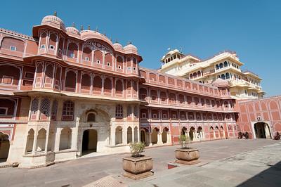 Au fond à droite, un bâtiment blanc : Chandra Mahal ou Chandra Niwas (palais de la lune) est le bâtiment le plus dominant dans le complexe de City Palace, à son extrémité ouest. Il s'agit d'un immeuble de sept étages qui à l'heure actuelle, est encore la résidence des descendants des anciens dirigeants de Jaipur. Seul le rez de chaussée est autorisé pour les visiteurs. On voit également au sommet de Mahal Chandra le drapeau de la famille royale, qui est déployé lorsque le Maharaja est dans le palais.