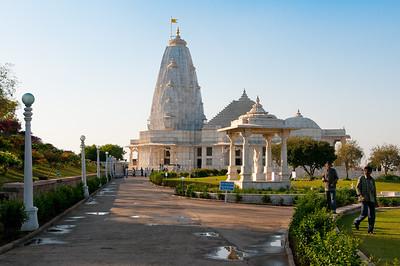 Temple de Lakshmi-Narayan . Appelé également Birla Mandir, il fut édifié en 1988 à la demande de la célèbre famille d'industriels, les Birla, originaires du Shekhawati dans le Rajasthan. Ce temple hindouiste en marbre blanc domine la partie sud de Jaipur. Il est dédié à Vishnou (Narayan) et son épouse Lakshmi. Les 3 dômes énormes du temple représentent 3 approches différentes de la religion. Merveille architecturale moderne, ce temple est également entouré de jardins verdoyants.