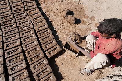 Façonnage et moulage de briques artisanales
