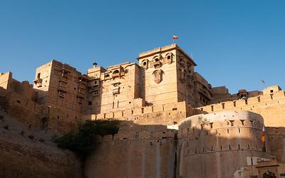 le Fort de Jaisalmer, connu sous le nom de Sonar Quila, a été édifié en 1156. Il fut construit en grès ce qui, à certaines heures de la journée, lui donne les reflets dorés du désert du Thar qu'il domine. La légende raconte que c'est sur l'ordre d'un ermite local nommé Eesaal que le raja Rawal Jaisal, de la dynastie rajpoute des Bhatti, décida de fonder une nouvelle capitale, remplaçant celle de Luderwa. Il lui donna son nom, Jaisalmer. Ce fort est l'un des deux plus anciens du Rajasthan. Il culmine à 76 mètres de haut et est renforcé par d'imposants murs crénelés de 9 mètres de haut ceinturant le fort sur 5 km. 99 bastions ont été aménagés sur les remparts permettant de surveiller les allées et venues dans le désert et ce à perte de vue. Le fort a été, à de nombreuses reprises, assiégé par les Moghols notamment. La ville était riche du fait du passage des caravanes commerciales empruntant la route entre l'Inde et le monde arabe. L'architecture a adopté un mélange de styles rajpoute et moghol et ce au grès des reconstructions. En 1993, une mousson particulièrement violente endommagea gravement un peu plus de deux cents bâtiments historiques dont le Palais de la Maharani. Quatre portes monumentales y donnent accès, Akshya Pol, Suraj Pol, Ganesh Pol, et Hawa Pol, toutes sculptées. De nombreux puits ont été creusés dans le fort afin d'assurer une source régulière d'eau dans la ville. Le fort abrite plusieurs monuments remarquables comme le Palais Royal, « Raj Mahal » et les temples jaïns.