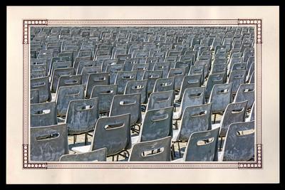 Chaises sur la place St Pierre