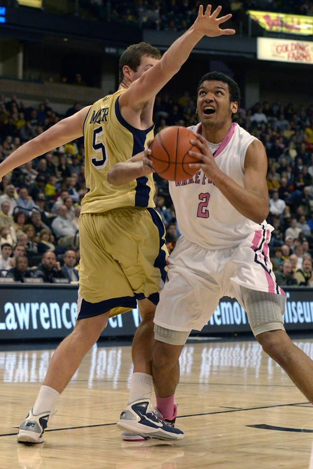 Devin Thomas shot under basket