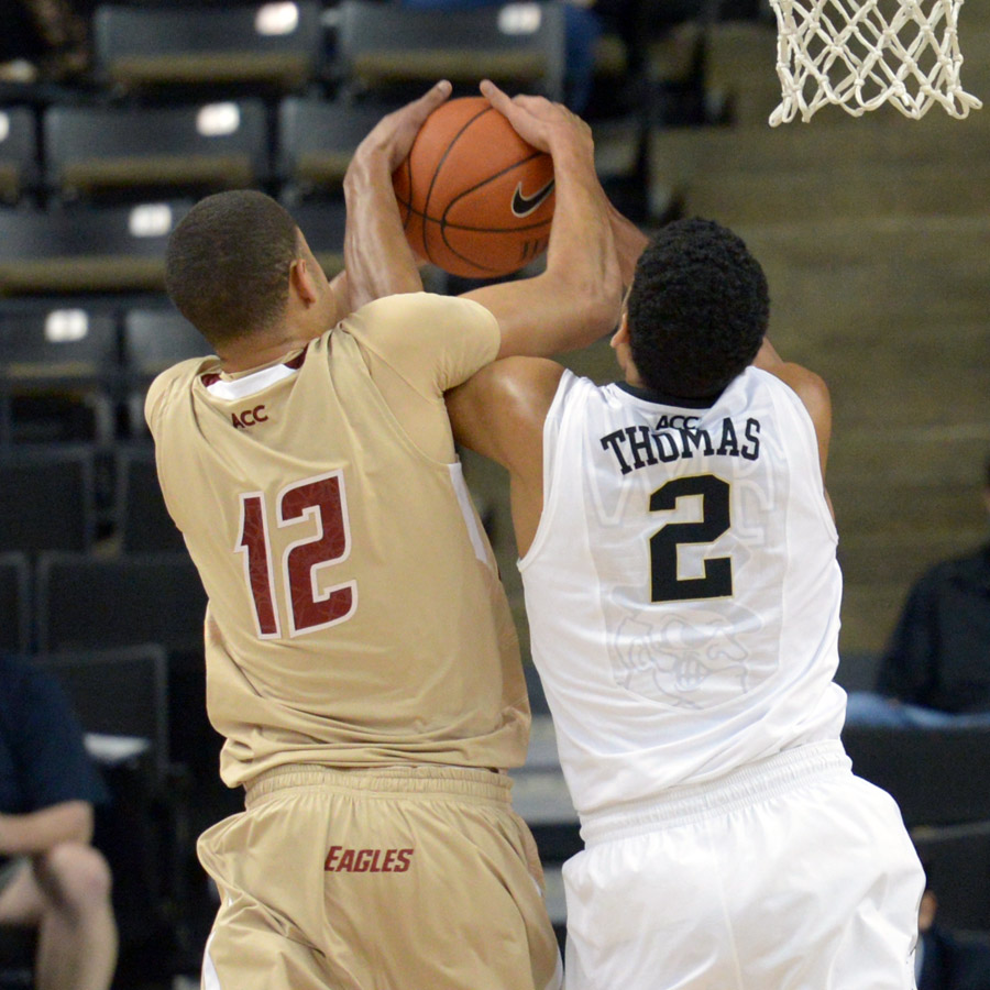 Devin Thomas fights Anderson for rebound