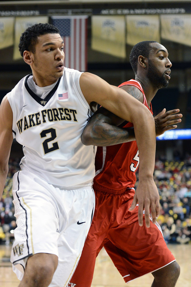 Devin Thomas guards CJ Leslie