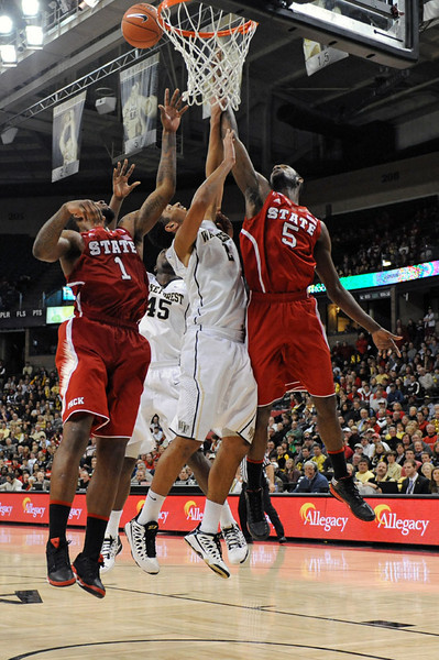 Devin Thomas fights Howard and Leslie for rebound