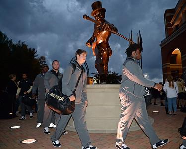 Team arrival Deacon statue