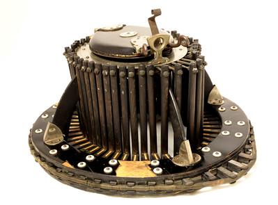 Conformateur en bois utilisé par les chapeliers pour prendre la forme exacte et la mesure de la tête, à l'aide de lattes en bois articulées, vers 1930.