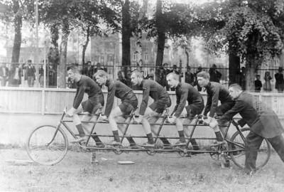 Quintuplette Bovy: vélo à cinq sièges et cinq coureurs au vélodrome de la Boverie à Liège, vers 1885.