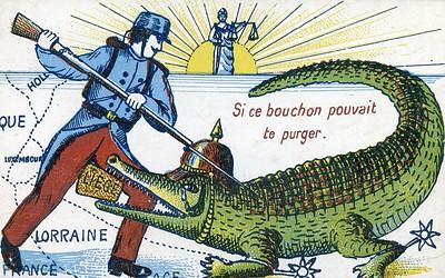 Carte postale avec jeu de mot sur le bouchon de Liège, représentant un soldat français attaquant à coups de baïonnette un crocodile coiffé d'un casque à pointe, 1914.