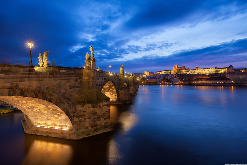 Blue hour at the Charles bridge wallpaper