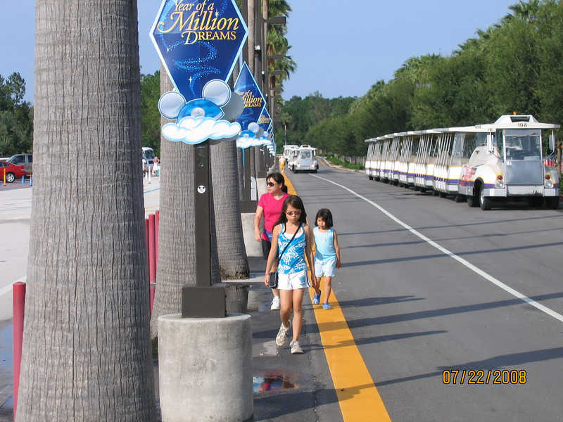 Walking to Hollywood Studios