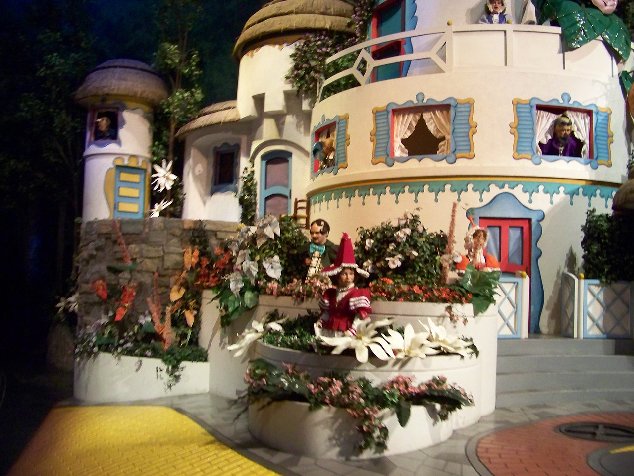 For the last big animatronic scene, we roll into Munchkinland from the Wizard of Oz.<br /> [Disney's Hollywood Studios - Great Movie Ride]