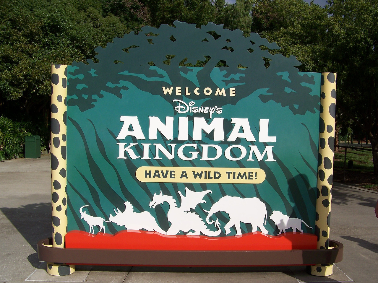We only went to Animal Kingdom once during this trip.  Pat and Jeff arrived early for a character breakfast, Dave and I got there just after 9:30, and we all left at about 4pm (we had a reservation for the Fireworks Dessert Party at the Magic Kingdom that same evening).  In the world of theme park visits, that barely qualifies as a half day.  I mean, I was once at Disneyland from 8am to 2am the following morning!  But as it turned out, half a day was more than enough time at Animal Kingdom for me.  Unfortunately, I didn't have a very good time here thanks to a severe case of motion sickness I experienced on my very first ride.