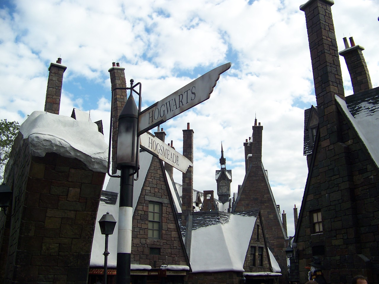 For the main attraction here, we must follow the signs to Hogwarts itself.<br /> [Universal Islands of Adventure - Wizarding World of Harry Potter]