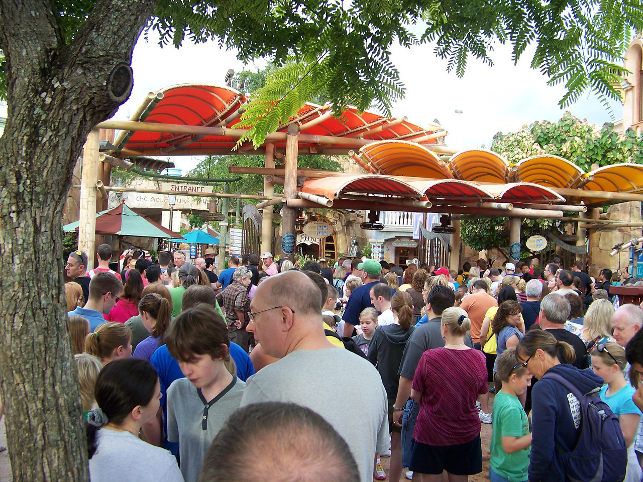 We arrived at the crack of dawn (okay, it was like 8:45am).  This was the crowd waiting for the gates to open at 9am.<br /> [Universal Islands of Adventure]