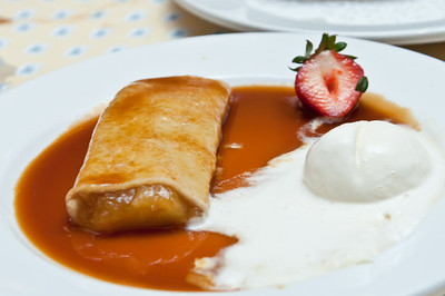 Crepe a la pomme et cannelle, glace vanille, caramel jus de pommes - Crepes filled with cinnamon, apple, vanilla ice cream and apple caramel sauce