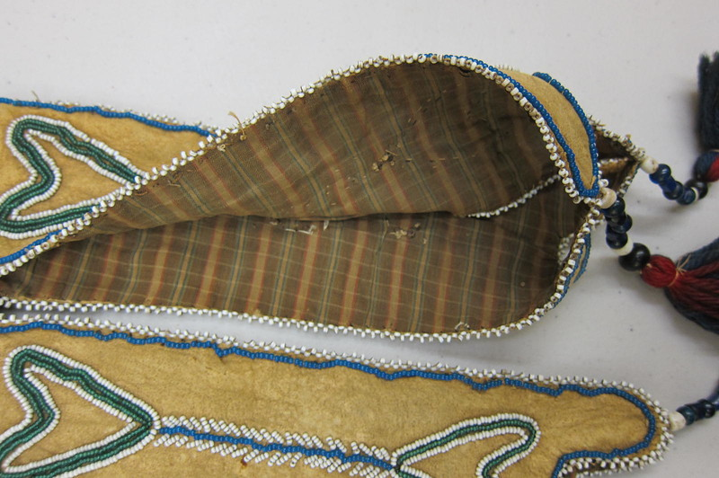 English printed cotton of the late 18th-early 19th century lining tabs and interior of the bag.