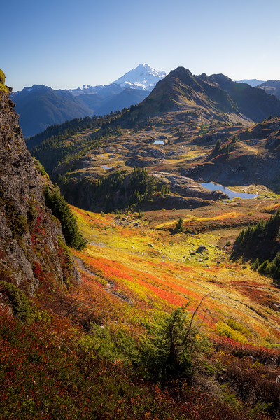Whatcom, Yellow Aster Butte - Lake basin with colorful bushes from above