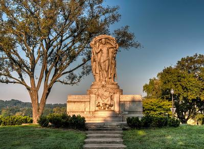 DC-statue