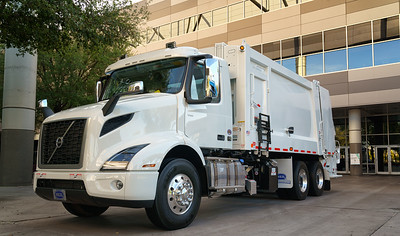 2018 Volvo VNR Heil 25yd Rear Loader
