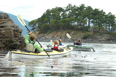 The next morning, we head out for a tour around the north end of the isnald. Here Kim, Laura, Natalie and Maria are crossing kelp beds and tide lines.