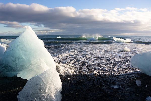 Breaking between the Icebergs