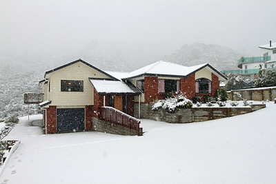 Snow in Riverstone, Upper Hutt - 4pm Monday 15th August 2011.