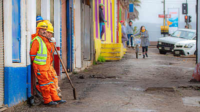 How many employees does it take to operate a shovel? Pichilemu, Chile.