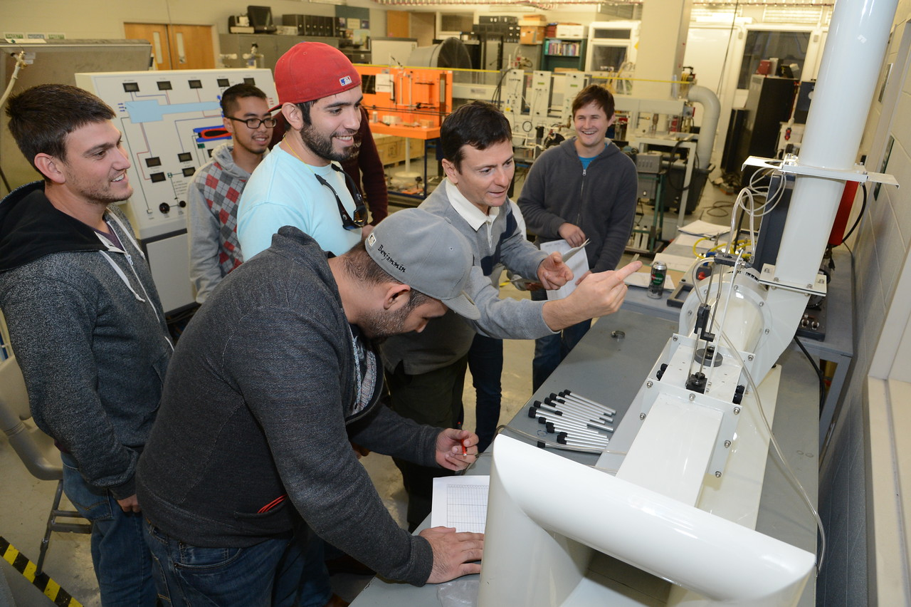 dr-petru-aurelian-simionescu-demonstrates-how-to-use-equipment-in-the-engineering-lab_15642540180_o