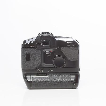Canon EOS-1  med batterigrepp power drive booster E1 (stavbatterier). 800kr