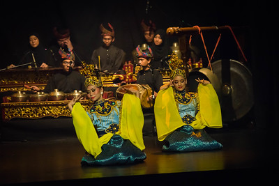 'Joget Gamelan Geliong' is one of the repertoires in Joget Gamelan. It is a court dance originated from Pahang and very popular and florished in Trengganu.