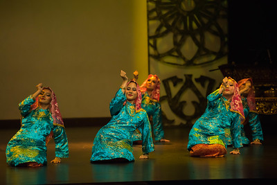 'Lenggok' dance. 'Lenggok' dance is also believed to originate from the palace in the state of Perak. It was performed in  ceremonies for the royal and noble guests.
