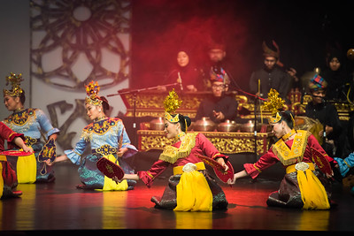 'Joget Gamelan Topeng' also known as a hidden face dance because it tells the story of Panji (Prince/King) who flirts with a Galuh (Princess)
