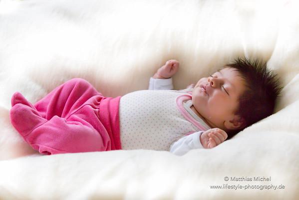 Schlafendes neugeborenes Baby mit vielen Haaren und Frisur - Fotograf Matthias Michel