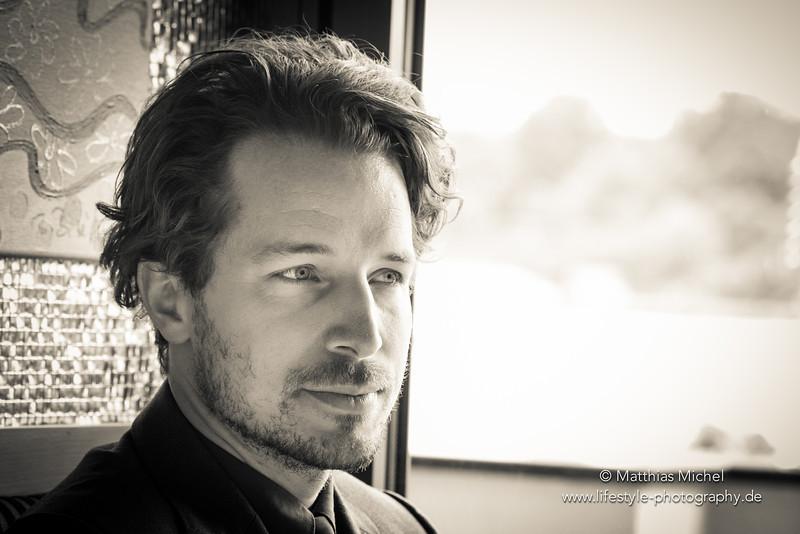 Portrait Mann am Fenster Fotograf Matthias Michel