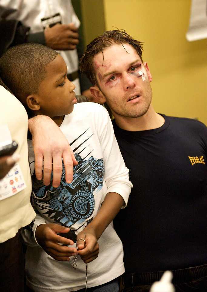 JIMMY LANGE W/ YOUNG FAN AFTER MATCH. FAIRFAX, VIRGINIA. NOVEMBER 2010.