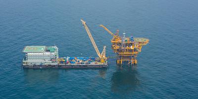 Offshore oil rig installation