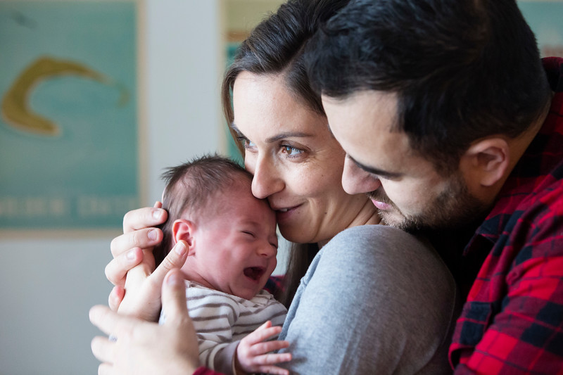 photoshoot of Zoe, 1 month old, with parents Fanny & Eric