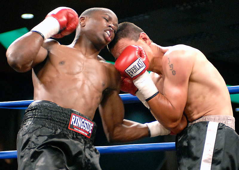 (3.10.2006 --- Desert Diamond Casino)  Lonnie Smith Jr. lands a body blow to Javier Flores in their 4 round bout.