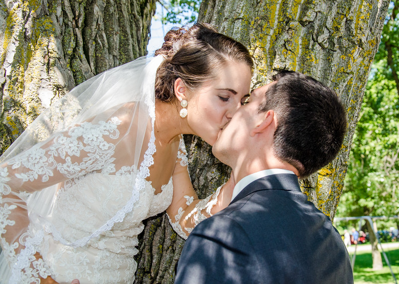 Zamora wedding bride and groom kissing by tree
