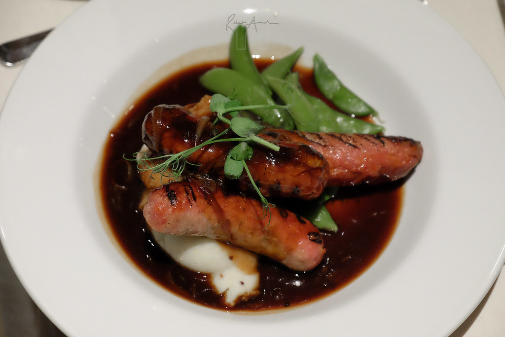 sausage and mash with red wine jus and mange tout