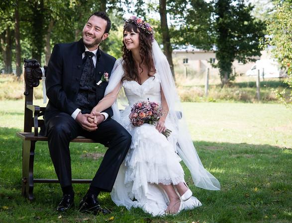 Braut und Bräutigam während ihrer freien Trauung im Garten der Hochzeitslocation Schmetterlingsgarten in Brandenburg