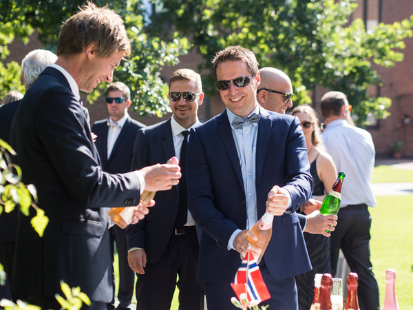 champagne for all! drink reception after the church ceremony at the huge garden of sjømannskirken  Berlin - and the weather was perfect, too!