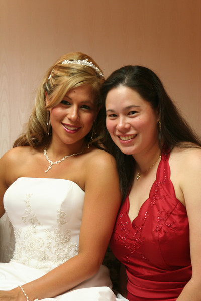The bride SueLing and her sister JyaMing.. I really like this picture of girls.