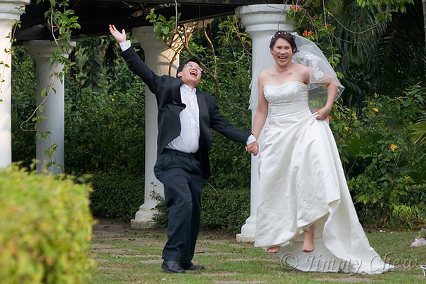 """<font color=""""yellow"""">It appears wedding photography these days involve jumping off the ground.</font><br>"""