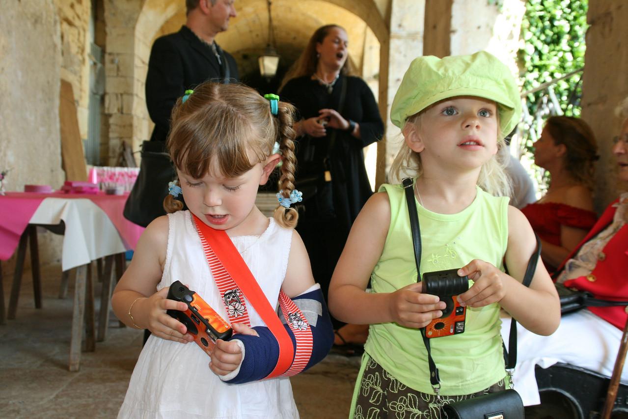wij( Caitlin, het nichtje van Petra en Elise, het nichtje van Christian) gaan dus ook foto's maken