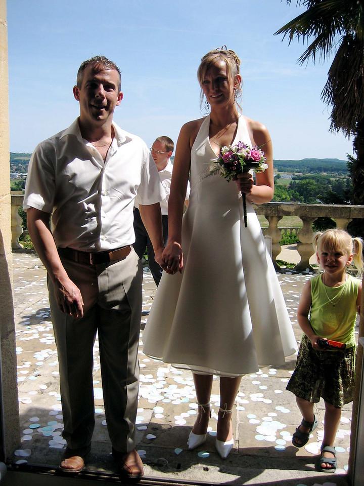 het paar komt de trouwzaal binnen