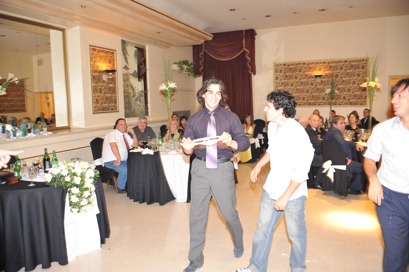 Carlos got the garter, and we asked him to put it on Mayte's leg :)<br /> ~Eva~